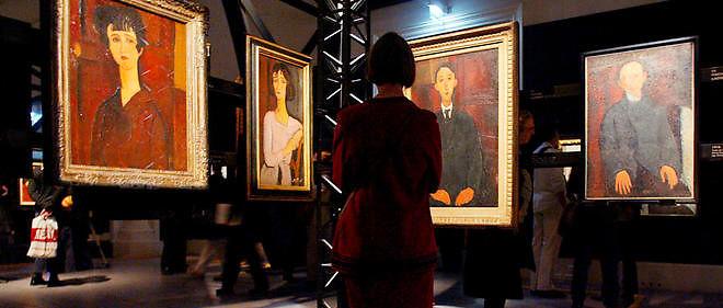 """Un visiteur observe une oeuvre d'Amedeo Modigliani, le 22 octobre 2002 au Musée du Luxembourg à Paris, exposée lors de la rétrospective d'une centaine de tableaux, dont près d'un quart montrés pour la toute première fois, """"Modigliani, l'ange au visage grave"""", du 23 octobre 2002 au 02 mars 2003."""