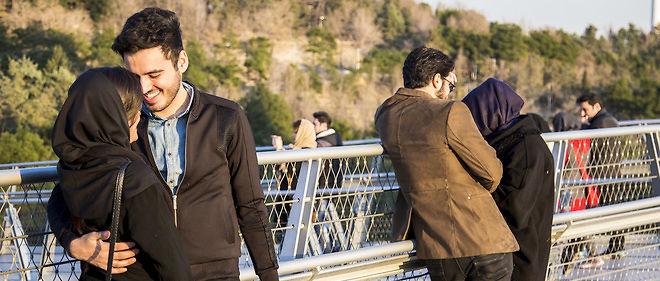 Smartphone en main et cheveux débordant du foulard islamique, les couples s'affichent sans complexe sur le pont Tabiat.