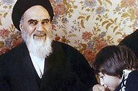 À la fin des années 70, le jeune Hassan embrasse la main de son grand-père, l'ayatollah Khomeyni, au côté de son père Ahmad. Près de quarante ans plus tard, il entend transmettre ses valeurs.