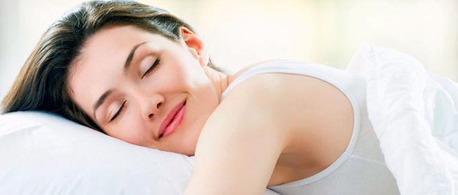 La majorité des Français dort sur le côté. Dans cette position, la tête  devra trouver sa place dans le prolongement de la colonne vertébrale.  L'oreiller doit être suffisamment haut (au moins 9cm) pour compenser la  largeur de l'épaule.