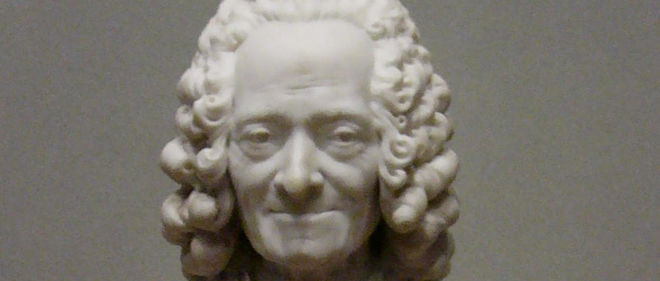 """Buste de Voltaire avec perruque"" (1778), marbre de Jean-Antoine Houdon (1741-1828)..  National Gallery of Art, Collection Widener, Washington, USA."
