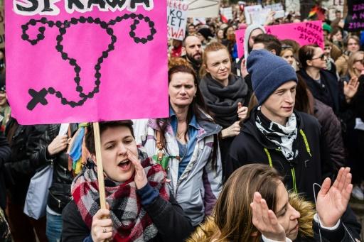 Manifestation contre le gouvernement polonais et son projet de loi interdisant l'avortement, devant le parlement à Varsovie, le 9 avril 201 © WOJTEK RADWANSKI AFP/Archives