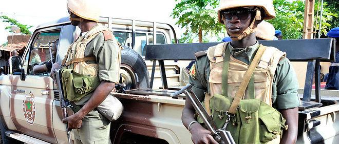 Au Mali, l'armée repousse des djihadistes présumés, faisant un mort.