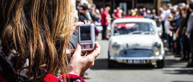 Pour le bon fonctionnement du Tour Auto et le passage de 130 voitures à chaque spéciale, l'organisation dispose de plusieurs voitures ouvreuses, à l'image de tous les rallyes d'envergure.