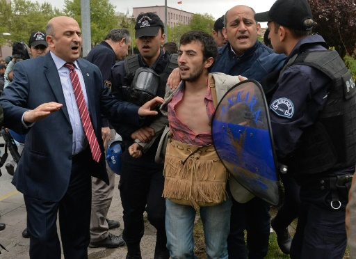 Des policiers turcs interpellent un manifestant, partisan de la laïcité devant le parlement à Ankara, le 26 avril 2016 © ADEM ALTAN AFP