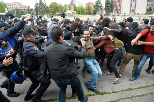 Des policiers turcs dispersent une manifestation de partisans de la laïcité devant le parlement à Ankara, le 26 avril 2016 © ADEM ALTAN AFP