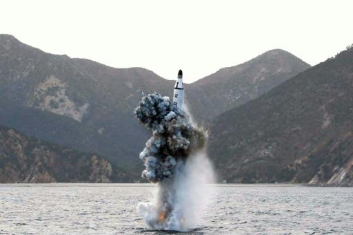 Photo fournie par les autorités nord-coréennes  montrant un test balistique sous-marin réalisé le 23 avril 2016 dans un endroit non spécifié © KCNA KCNA VIA KNS/AFP