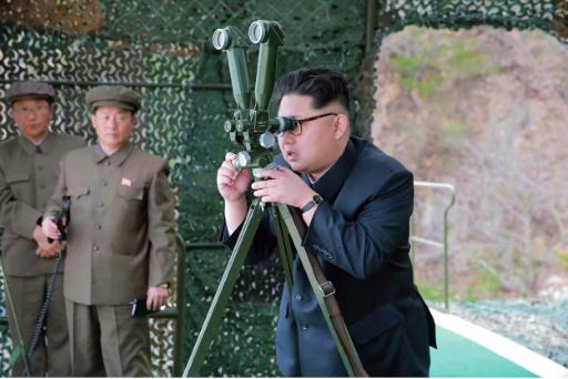 Photo fournie par les autorités officielles de Corée du Nord du leader nord-coréen Kim Jong-Un surveillant un nouveau test balistique sous-marin, le 23 avril 2016 dans un endroit non spécifié © KCNA KCNA VIA KNS/AFP