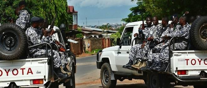 Les forces de sécurité burundaises près du lieu de l'attaque qui a coûté la vie au général Athanase Kararuza le 25 avril 2016 à Bujumbura.