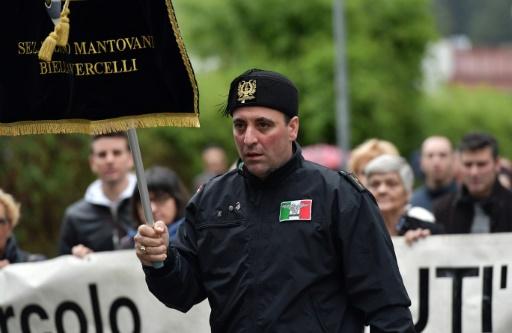 Des militants d'extrême-droite défilent à Predappio, la ville natale de Mussolini en Italie, le 24 avril.  © TIZIANA FABI AFP