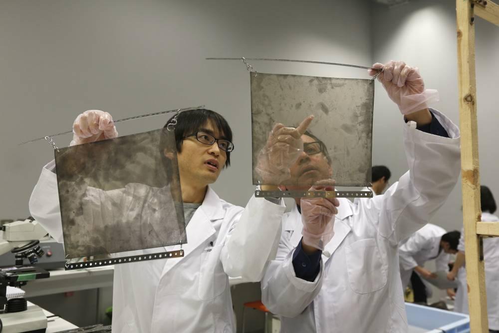 Films muoniques examinés par les chercheurs de Nagoya © Philippe BOURSEILLER Copyright 2000 Adobe Systems Incorporated