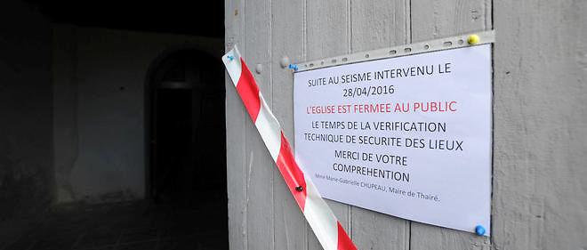 Panneau d'avertissement sur la porte d'une église après le séisme ayant frappé la Charente ce jeudi matin.