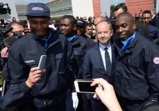 Le ministre de la Justice, Jean-Jacques Urvoas, au milieu de gardiens de prison le 27 avril 2016 à l'Enap à Agen © MEHDI FEDOUACH AFP