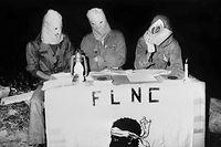 Trois militants masqués du Front de libération nationale de la Corse (FLNC), mouvement nationaliste corse, s'expriment lors d'une conférence de presse clandestine dans la nuit du 16 août 1977 dans le maquis, près de Bastia. Le FNLC a été créé le 5 mai 1976 lors d'une première