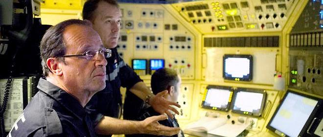"""Aux commandes. François Hollande dans le poste central du sous-marin nucléaire le """"Terrible"""" en 2012."""