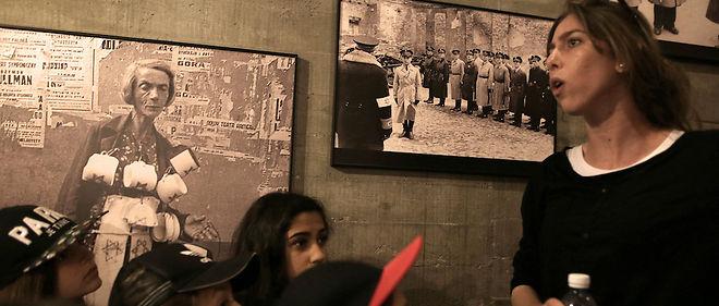 Des écoliers visitent une exposition sur l'Holocauste dans un kibboutz le 4 mai, veille de la Journée de la Shoah.