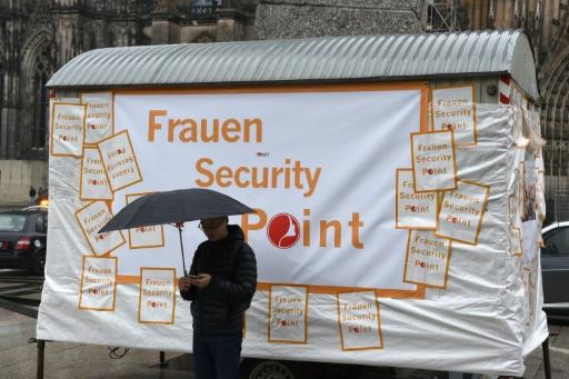 Un poste de sécurité installé pour les femmes devant la cathédrale de Cologne, le 4 février 2016, après la vague d'agressions du Nouvel An © PATRIK STOLLARZ AFP/Archives