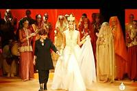 Yasmina Chellali et l'un de ses modèles lors d'un défilé de haute couture.