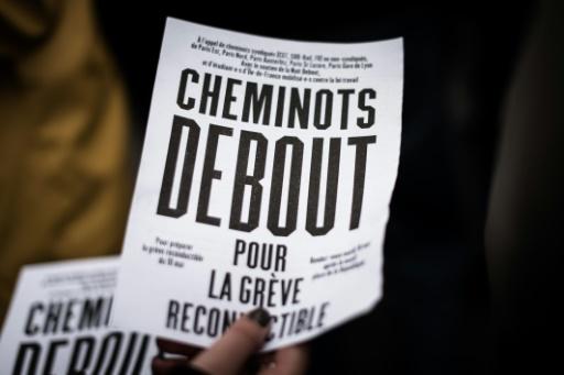 Une femme distribue des tracts lors d'une manifestation de cheminots à Paris, le 10 mai 2016 © PHILIPPE LOPEZ AFP