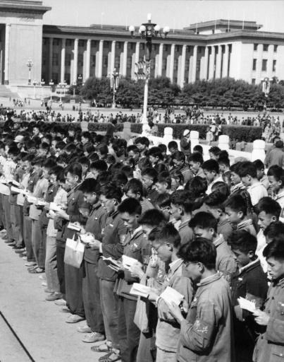 Des gardes rouges récitent à l'unisson des citations du Petit Livre Rouge du leader communiste Mao Tsé-toung à Pékin le 2 novembre 1966  ©  XINHUA/AFP/Archives