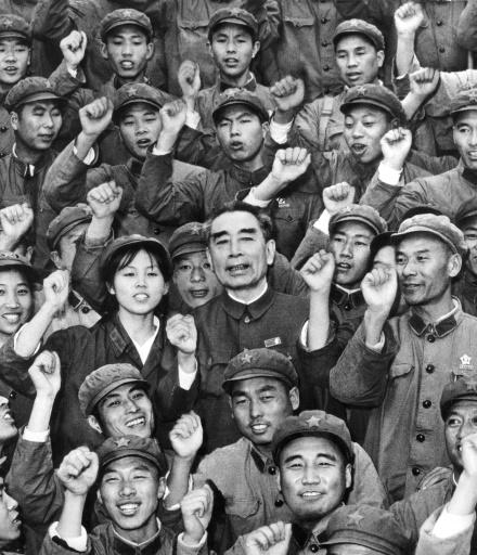 Zhou Enlai (C), un des leaders du Parti communiste chinois et Premier ministre (1949-76), entouré de soldats mène un défilé en faveur du régime, probablement en 1966, pendant la Révolution culturelle  ©  AFP/Archives