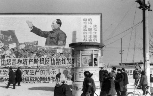 """Une affiche gigantesque à Pékin en février 1967 montrant Mao Tsé-toung, avec le slogan """"Nous devons être les bons soldats de Mao Zedong, écouter ses paroles, suivre ses instructions et lire ses livres"""" © JEAN VINCENT AFP/Archives"""