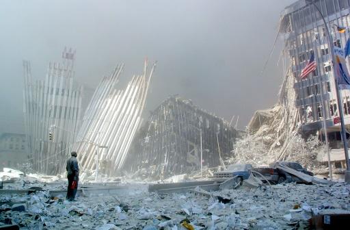 Un homme au milieu des ruines après l'effondrement de la première tour du World Trade Center à New York le 11 septembre 2001 © DOUG KANTER AFP/Archives