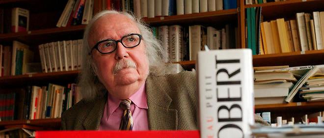 Alain Rey, directeur éditorial des dictionnaires Le Robert, pose pour le photographe dans son bureau, le 18 février 2002 à Paris.