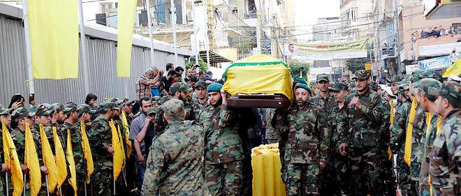 Des membres du Hezbollah portent le cercueil deMustafa Badreddine tué dans une attaque.