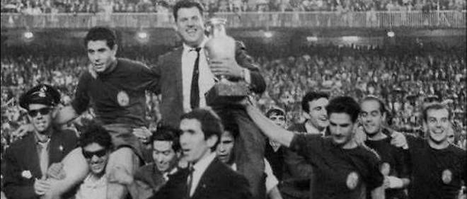 Le sélectionneur José Villalonga est porté en triomphe après la victoire de l'Espagne à l'Euro 1964.