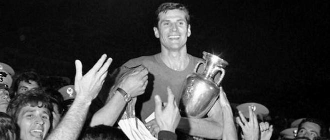 Giacinto Facchetti connaît le succès avec la Squadra Azzurra en 1968 après avoir gagné la C1 avec l'Inter en 1964.