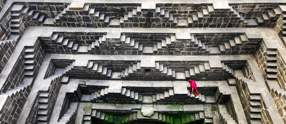 Le puits Chand Baori, en Inde. Cet ancien puits à degrés mêle ornements symboliques et illusions d'optique. Le regard de Steve McCurry : « Ce sont les escaliers les plus beaux et les plus impressionnants que j'aie vus. Les Indiennes semblent perdues dans l'immensité du bâtiment. Les architectes ont fait des miracles en créant tout simplement la beauté. »