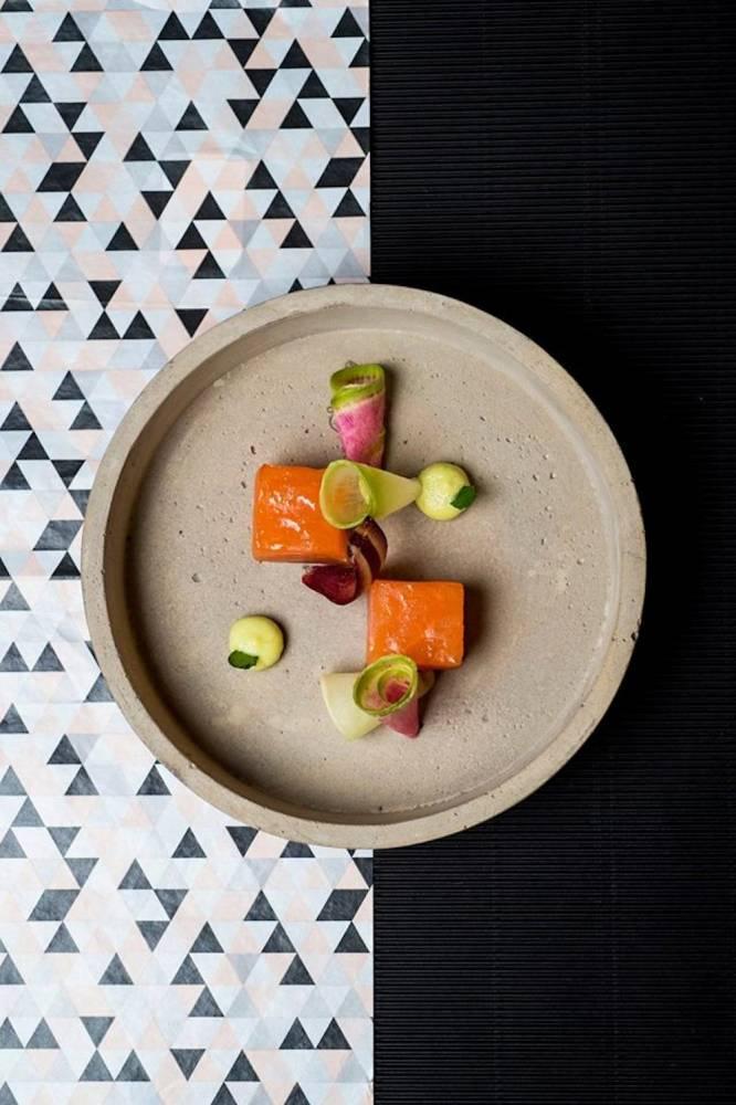 Une recette de l'ancienne carte : saumon gravlax koutoukou, vinaigrette soumbala.  ©  Anne Emmanuelle Lethion