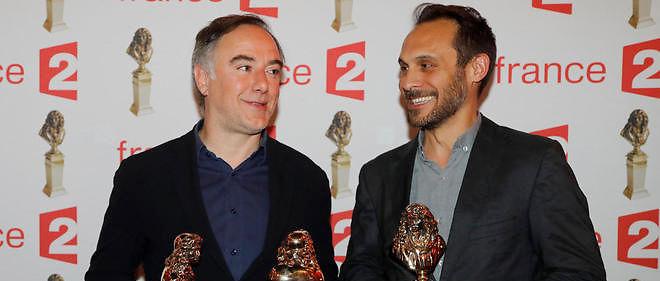 """David Sighicelli (à gauche) et Yannick Choirat posent avec leur molière. Ils jouent dans """"Ca ira, Fin de Louis""""."""
