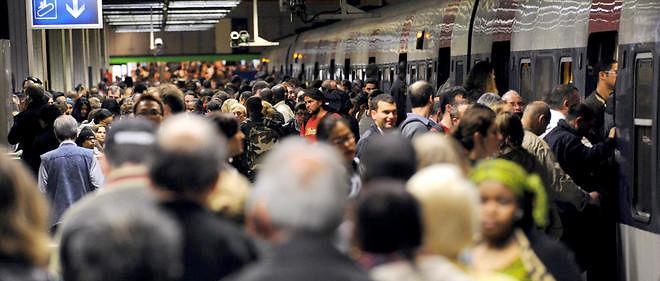 Des usagers se pressent, sur l'un des quais de la gare du Nord à Paris. Image d'illustration.