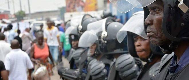 La police suit l'avancée du rassemblement de l'opposition le long de la route.