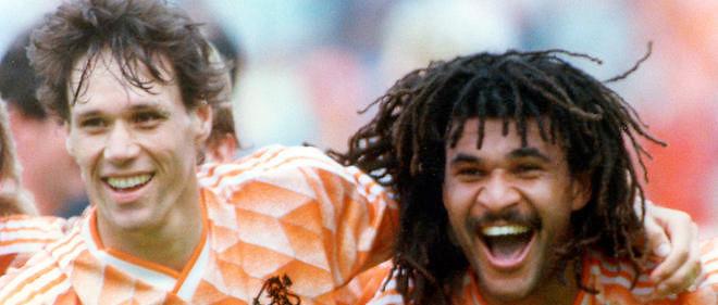 Les deux stars des Pays-Bas, van Basten et Gullit, célèbrent la victoire de leur équipe à l'Euro 1988 (photo : MaxPPP)