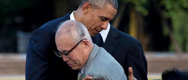 Au Parc du mémorial de la paix, à Hiroshima, Barack Obama serre dans ses bras Shigeaki Mori, un survivant du feu nucléaire.