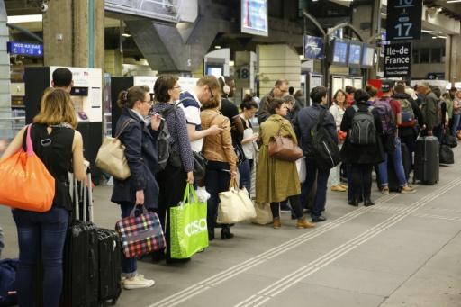 Des passagers bloqués le 27 mai 2016 gare Montparnasse à Paris en raison d'une panne de signalisation entre Tours et Poitiers © MATTHIEU ALEXANDRE AFP