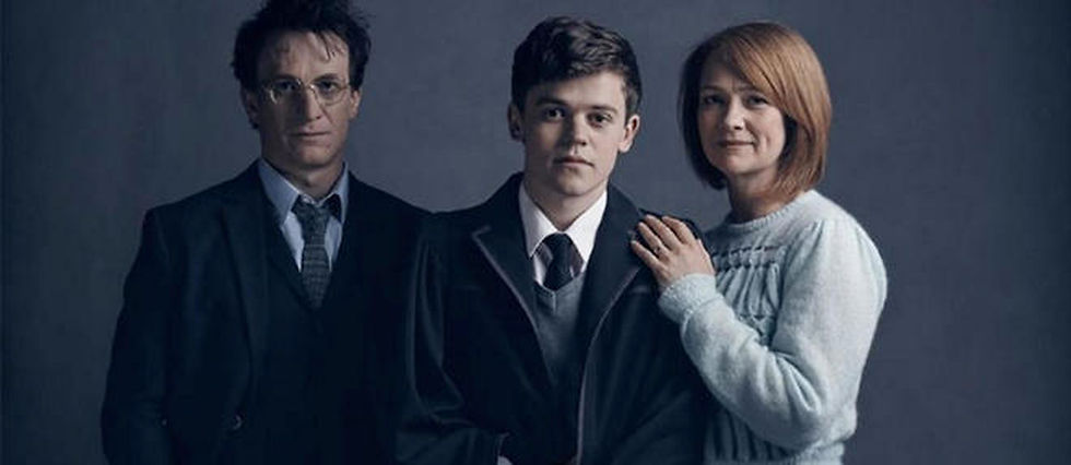"Harry, son fils Albus et Ginny dans la piece de theatre ""Harry Potter et L'Enfant maudit""."