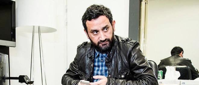Cyril Hanouna, producteur, animateur de télévision, dans sa loge de la chaîne D8, entre une borne de PS3 et un canapé.