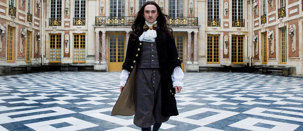 """George Blagden (Louis XIV) dans la série française """"Versailles""""."""