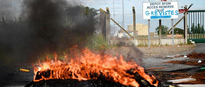 Le 25 mai 2016, les grévistes bloquent l'accès à la raffinerie de Donges.