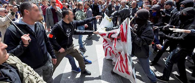 A Bordeaux, des membres de la Brigade anti criminalite, BAC, font face aux manifestants contre la loi travail.
