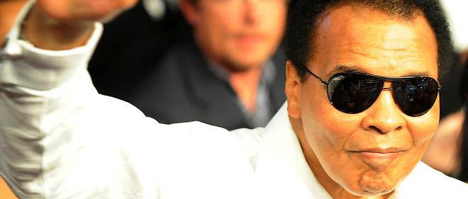 La légende de la boxe Mohamed Ali salue la foule lors d'un combat de Floyd Mayweather Jr. Photo d'illustration.
