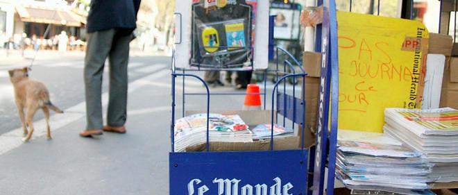 Les présentoirs vides de journaux quotidiens (photo d'illustration).
