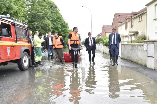Le Premier ministre Manuel Valls visite les zones inondées à Crosne dans la banlieue sud de Paris, le 4 juin 2016 © ALAIN JOCARD AFP
