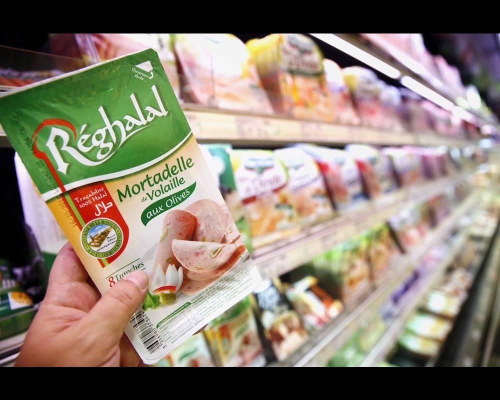 Un produit halal de marque Reghala dans un rayon de supermarché.  ©  GODONG / BSIP