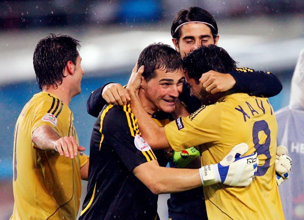 Xavi et Casillas, les deux héros de la Roja © YURI KADOBNOV AFP