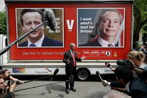 Le chef du parti europhobe Ukip Nigel Farage s'adresse à la presse, devant les affiches de campagne pour le référendum sur le maintien du pays dans l'Union européenne, le 7 juin 2016 à Londres © ADRIAN DENNIS AFP